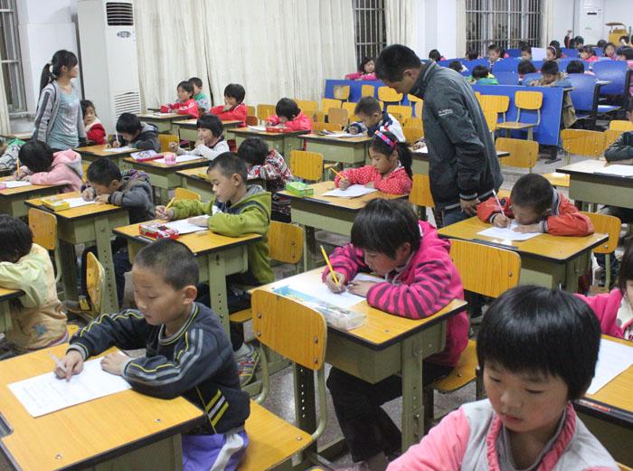 春来小学举行一年级学生拼音字母书写比赛